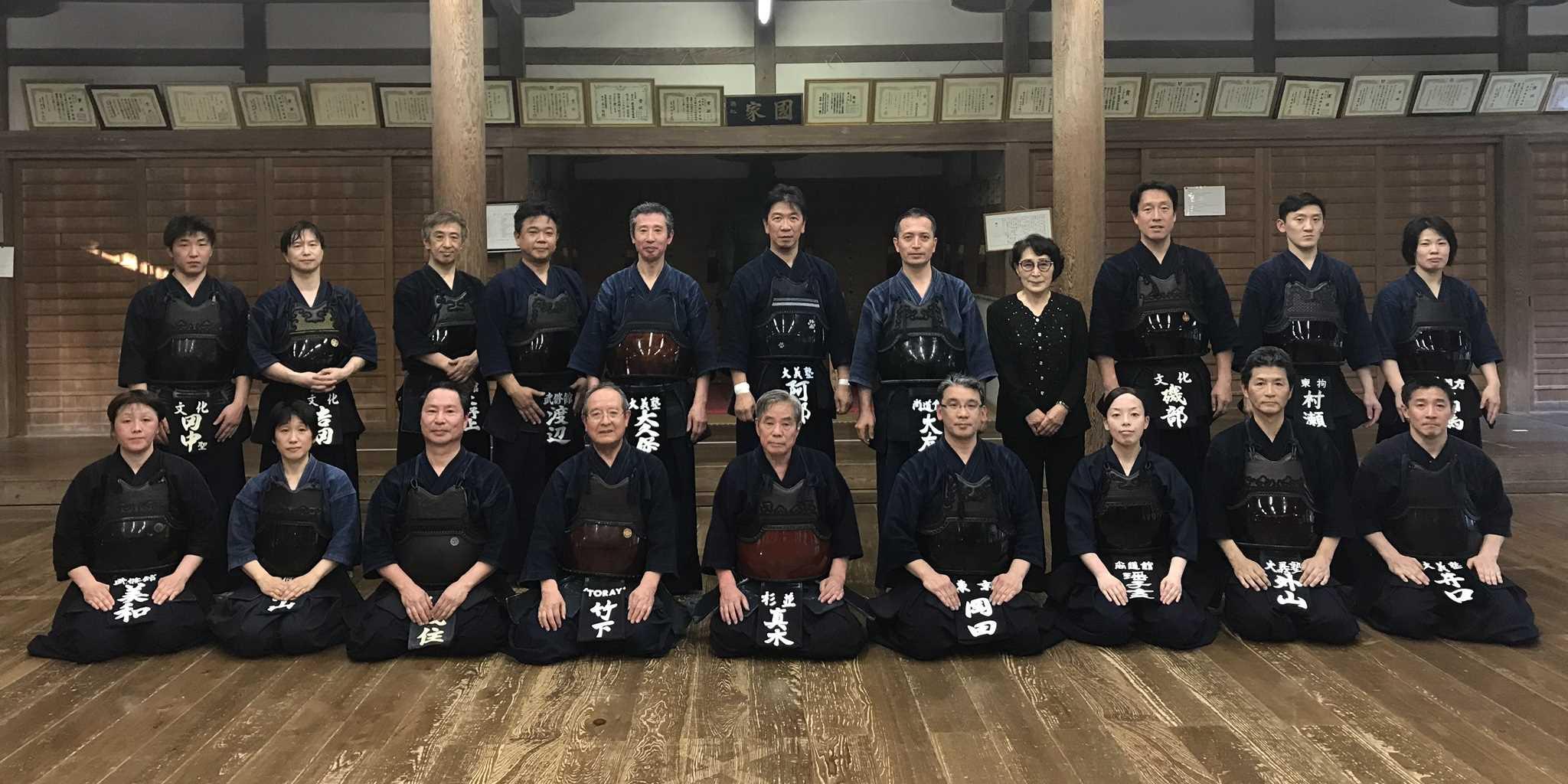 剣道の同好の士が団結し活動を続けています。